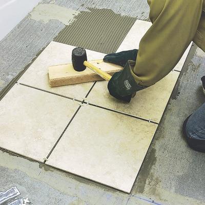укладання керамічної плитки на підлогу