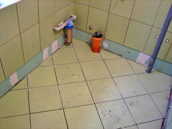 як класти плитку на підлогу ванні