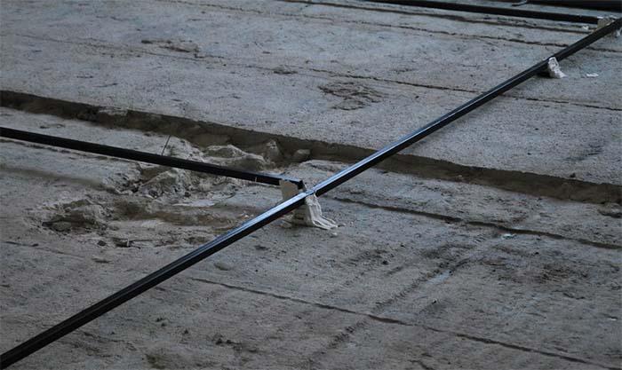 Установка маяків для стяжки підлоги фото
