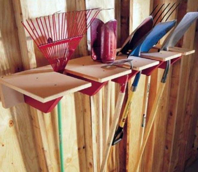 Дерев'яна стійка для садового інструмента